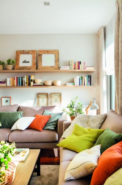 καναπέδες ράφια κορνίζες βιβλία διακόσμηση