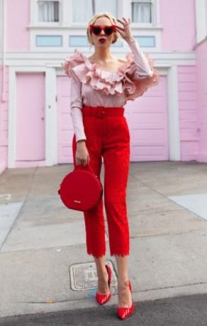 κόκκινο παντελόνι μπλούζα με βολάν