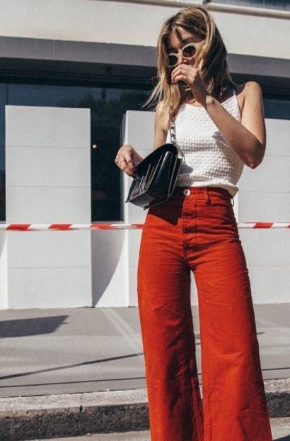 κόκκινο τζιν άσπρη μπλούζα