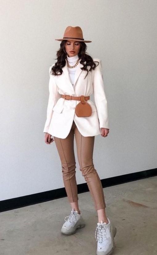 κομψό ντύσιμο σε καφέ και άσπρο