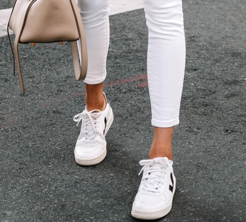λευκά σνίκερς με λευκό παντελόνι