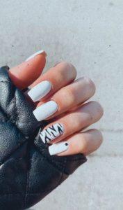 λευκά νύχια με σχέδιο ζέβρα