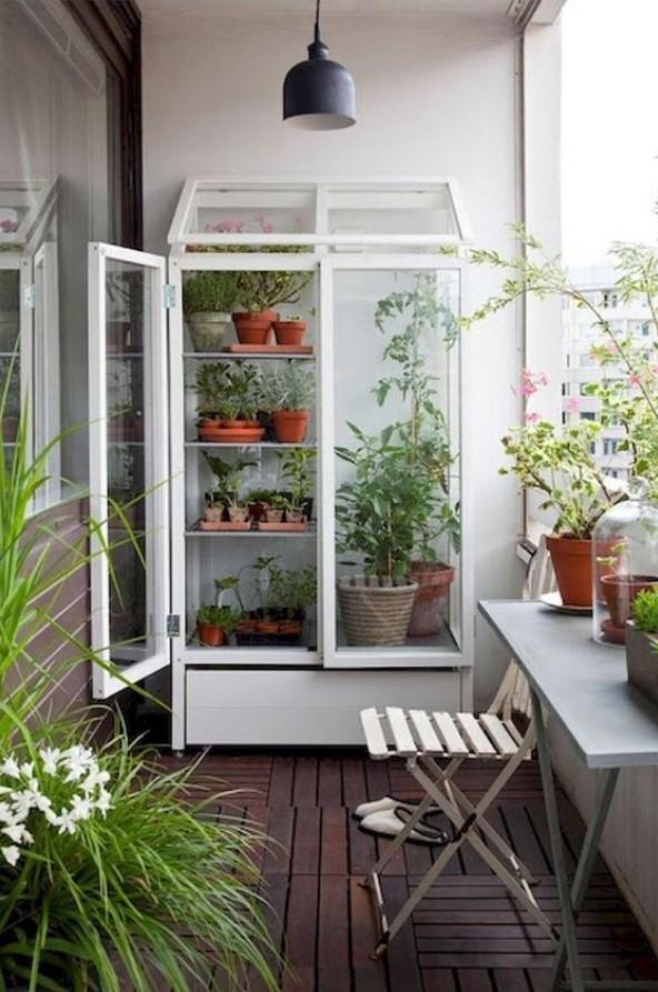 ντουλάπα με φυτά στο μπαλκόνι