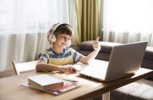 παιδι βλεπει υπολογιστη