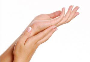 περιποίηση χεριών με ενυδατική σπιτική λοσιόν