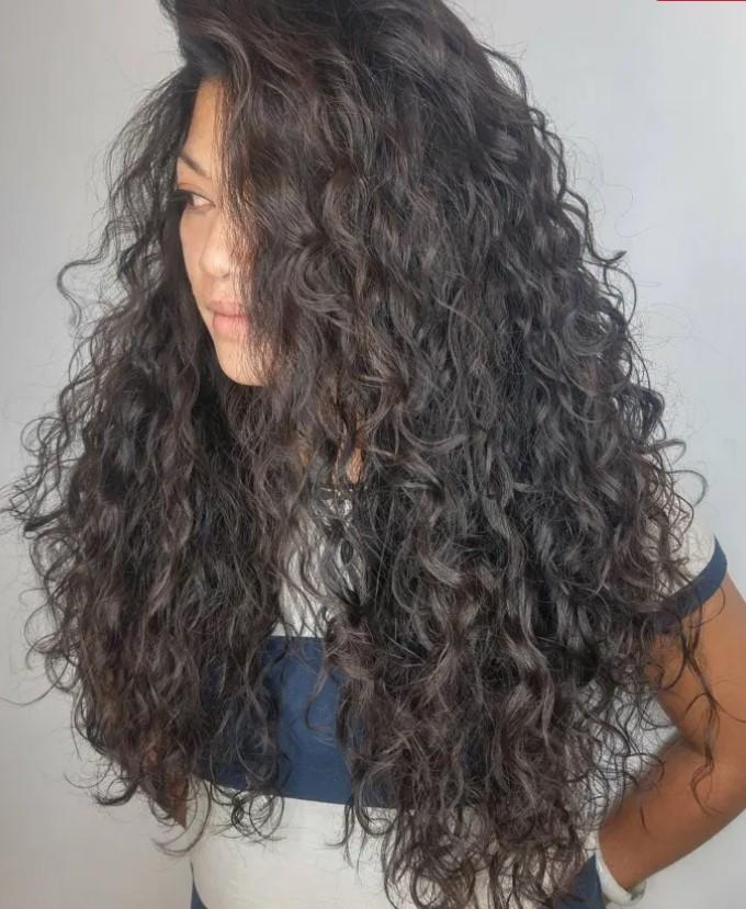 μακρύ σγουρό μαλλί με χωρίστρα πλάι