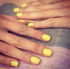 κιτρινα νυχια με στρασακια