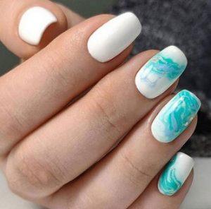 λευκα και γαλαζια νυχια θαλασσα