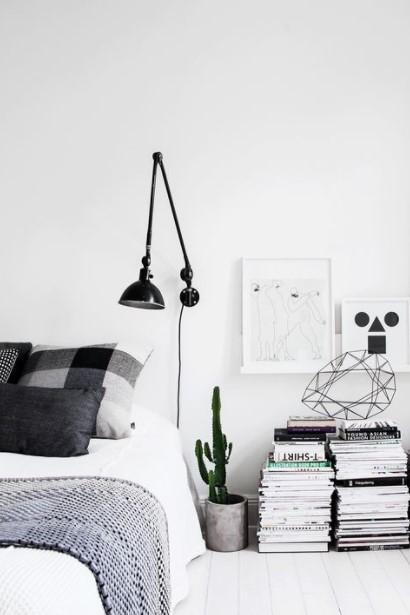 στοίβα βιβλίων δίπλα από κρεβάτι βιβλία διακόσμηση