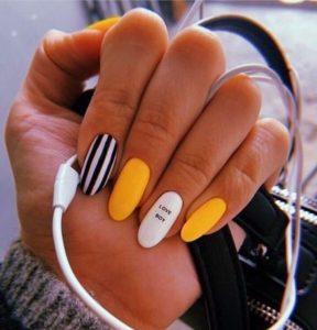 χαρούμενο σχέδιο στα νύχια