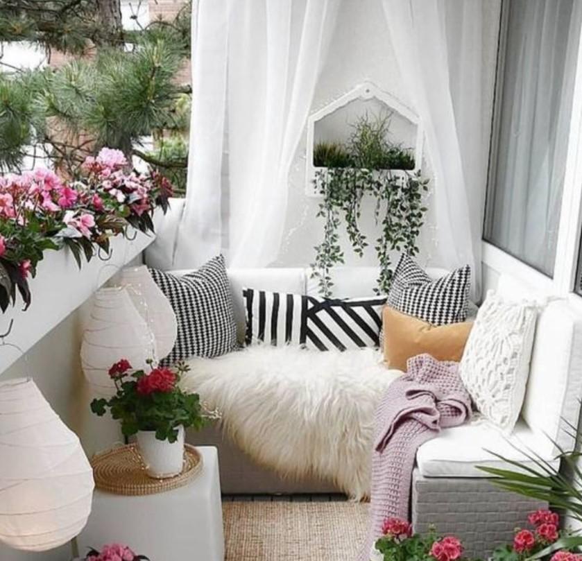 λουλούδια πάνω στο κάγκελο μικρό μπαλκόνι
