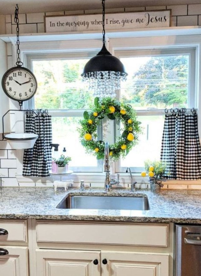διακοσμητικό στεφάνι στο παράθυρο κουζίνας