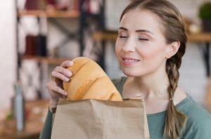 γυναίκα κρατάει ψωμί παχύνεις νηστεύεις