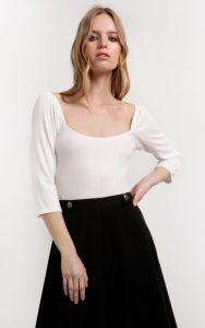 λευκή μπλούζα με τετράγωνο ντεκολτέ