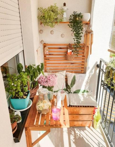 μικρό μπαλκόνι ξύλινα έπιπλα ράφια μπαλκόνι