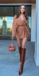 μοντέρνο ντύσιμο σε καφέ χρώμα