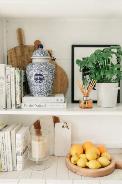 ράφια βιβλία βάζο λεμόνια