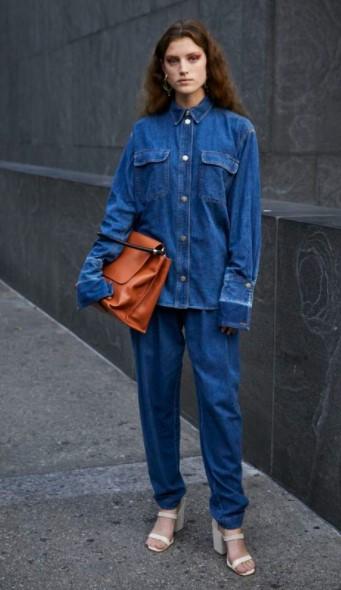τζιν παντελόνι τζιν πουκάμισο πέδιλο