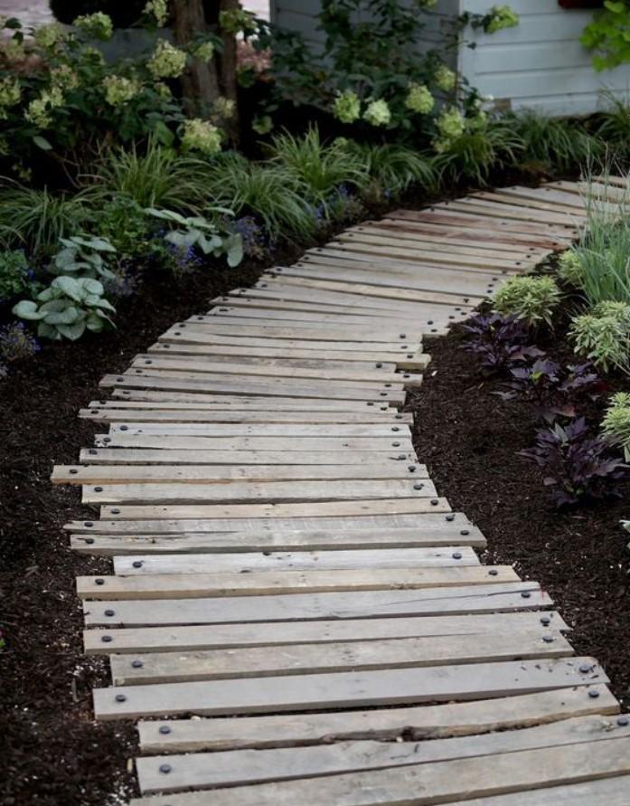 διάδρομος με ξύλα στο κήπο