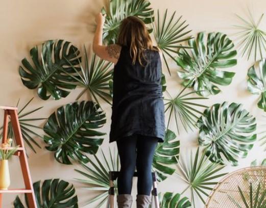 αυτοσχέδιο διακοσμητικό τοίχου με ψεύτικα φύλλα φοίνικα