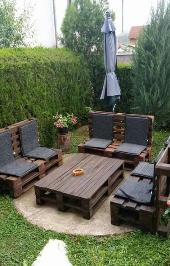 diy σαλονιάκι στο κήπο από ξύλινες παλέτες