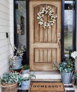 ιδέες διακόσμησης εξωτερικής εισόδου σπιτιού με γλάστρες στεφάνι