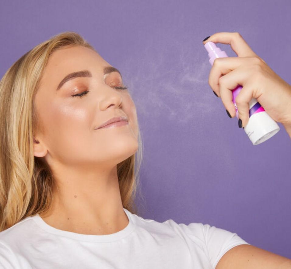 γυναίκα βάζει setting spray