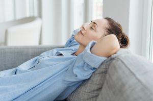 γυναίκα χαλαρώνει στον καναπέ