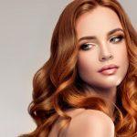 γυναίκα με χάλκινα μαλλιά