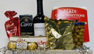καλάθι με σοκολάτες και ποτά
