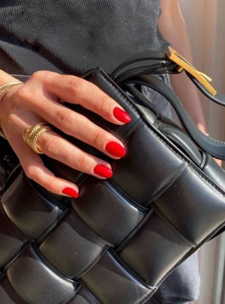 κόκκινα νύχια μεσαίου μήκους