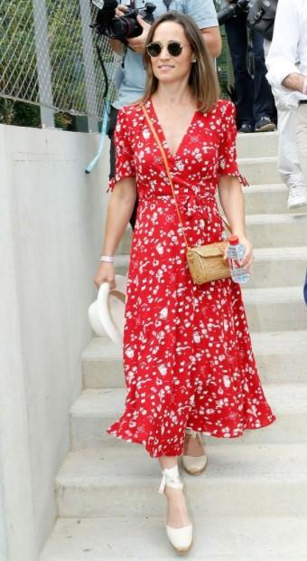 κόκκινο φόρεμα άσπρες πλατφόρμες