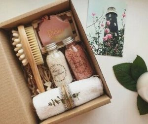 αυτοσχέδιο κουτί δώρο για γιορτή μητέρας με κρέμες