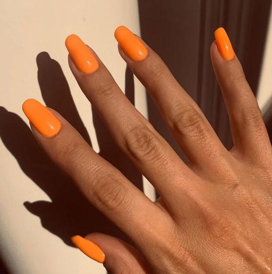 μακριά νύχια πορτοκαλί χρώματα νύχια καλοκαίρι 2021