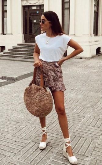 μίνι φούστα άσπρο μπλουζάκι
