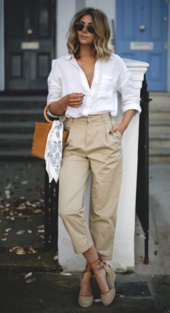 μπεζ παντελόνι άσπρο πουκάμισο πλατφόρμες