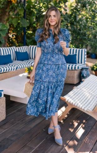 μπλε φόρεμα γαλάζια παπούτσια