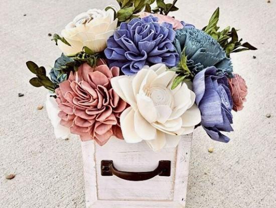 παλιό συρτάρι με αληθοφανή λουλούδια