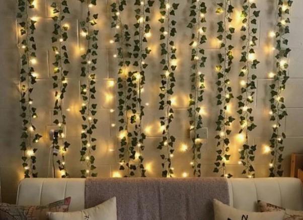 τοίχος με διακοσμητικό από φωτάκια και ψεύτικα φυτά