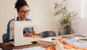 χαρούμενη γυναίκα ράβει