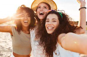 χαρούμενες κοπέλες