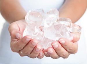 χέρια που κρατούν πάγο