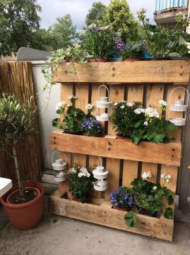 ξύλινη παλέτα με λουλούδια