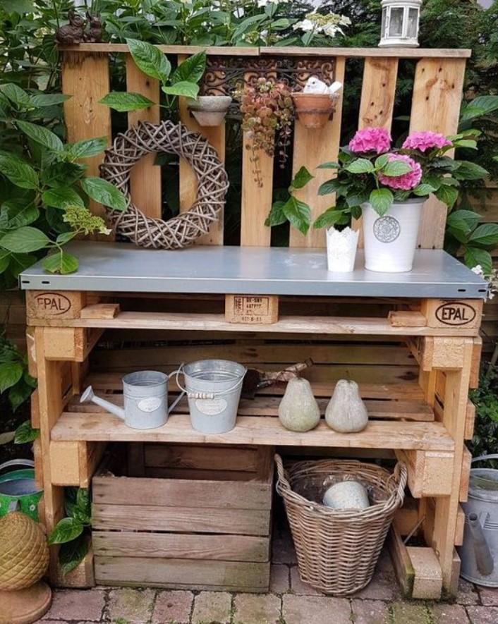 ξύλινη κατασκευή από παλέτες στο κήπο