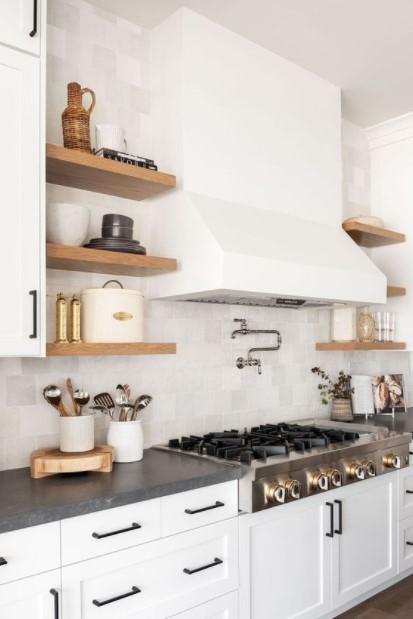 άσπρη κουζίνα ράφια διακοσμητικά κουζίνα
