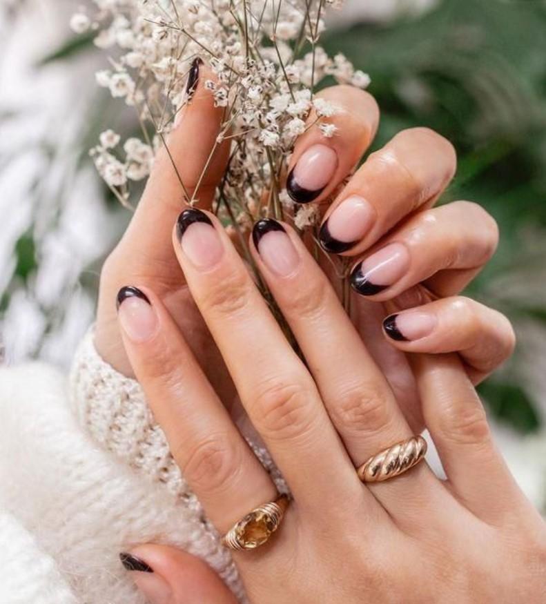 γαλλικό στα νύχια με μαύρο