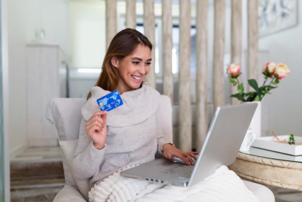 γυναίκα κάνει ψώνια online
