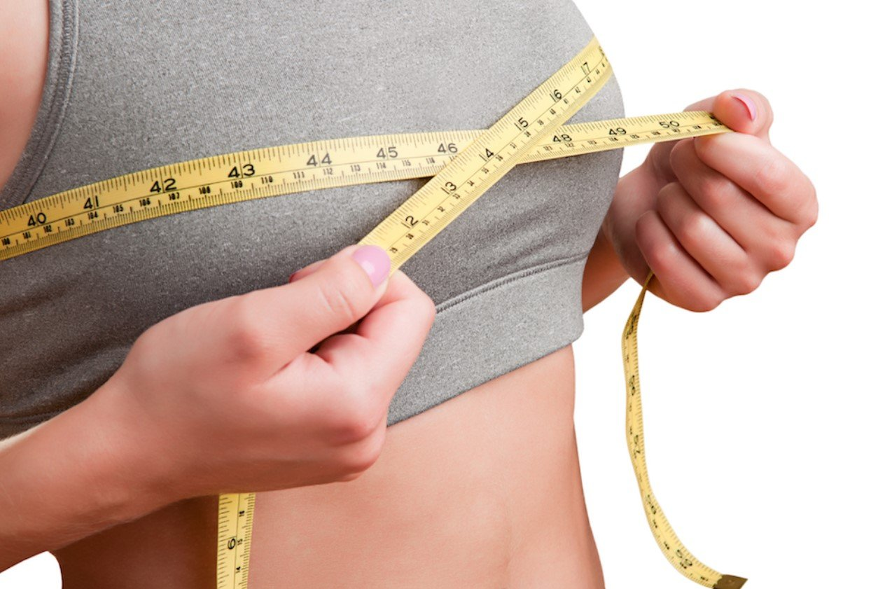 γυναίκα κάνει μέτρηση στήθους