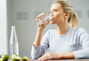 γυναικα πινει νερο