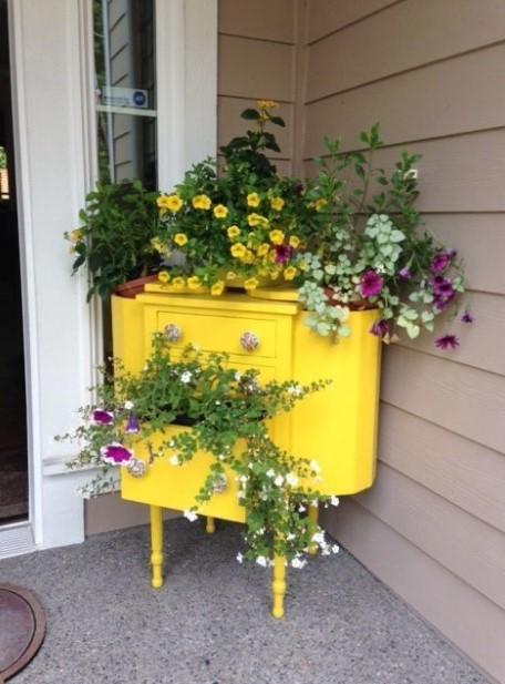 κίτρινη συρταριέρα λουλούδια δημιουργικές γλάστρες